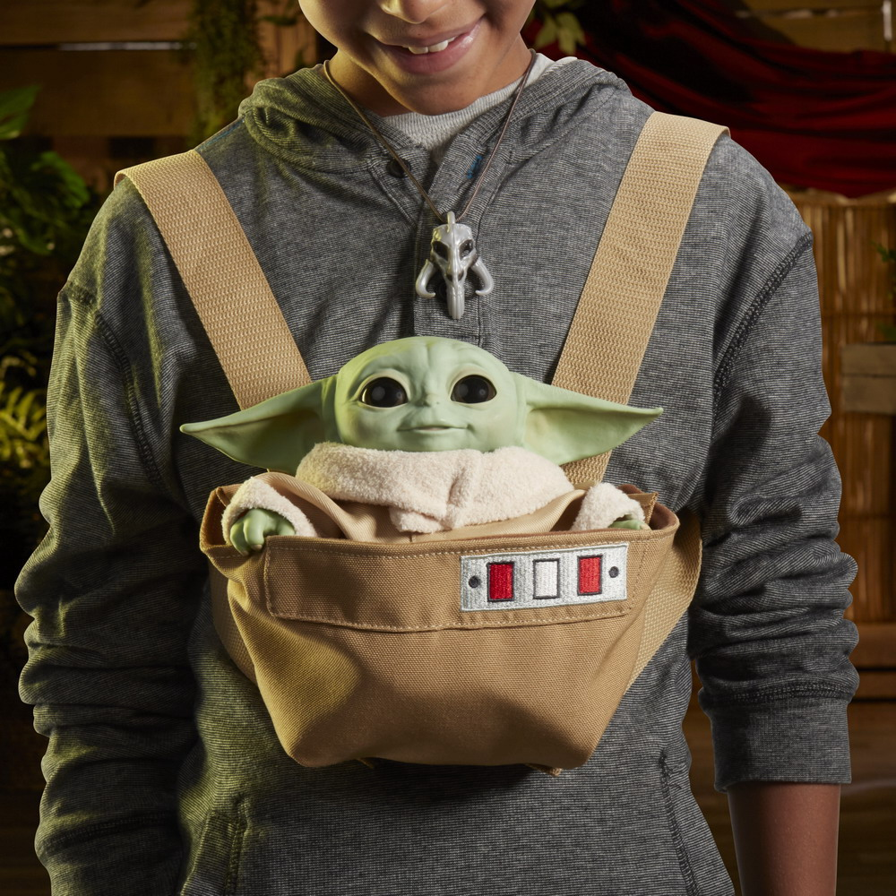 STAR WARS THE CHILD ANIMATRONIC EDITION WITH 3-IN-1 CARRIER - lifestyle (5)